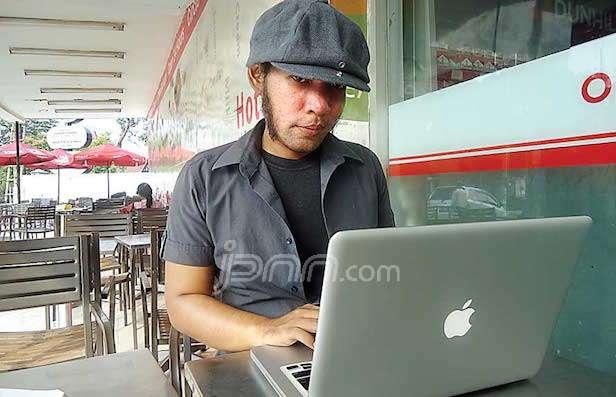 MURID GOOGLE: Roys Yasbana, pembuat aplikasi Wolvcast yang menyajikan musik indie untuk diunduh secara gratis bagi penyuka genre itu. Foto: Farid S. Maulana/Jawa Pos/pojoksatu.id