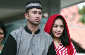 MENGHINDAR: Raffi Ahmad dan Nagita Slavina saat berada di lokasi syuting di daerah Cibubur (25/12). Foto: Wahyudin/Jawa Pos