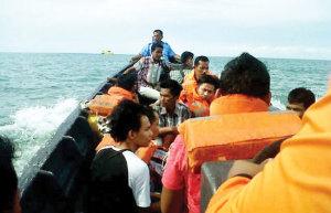 GERAK CEPAT: Penumpang MV Malaysia Expres 1 dievakuasi dengan menggunakan speedboat Polair Polres Bengkalis, Riau. (Evi/Riau Pos/JPNN)