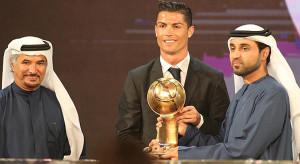 Cristiano Ronaldomenerima trofi setelah ditahbiskan sebagai pemain terbaik 2014 dalam Globe Soccer Awards.