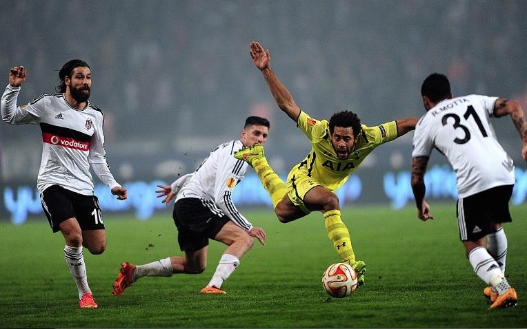 Pemain Tottenham dan Besiktas berbeut bola. Foto Ozain Kose/AFP/JPNN/pojoksatu.id
