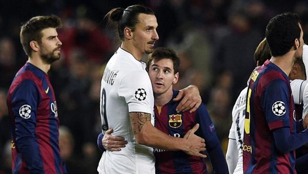 Bintang PSG, Zlatan Ibrahimovic dan pemain Barcelona Lionel Messi berpelukan usai dua tim duel di Camp Nou, Kamis (11/12). Foto: uefa