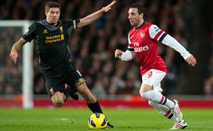 Pemain Arsenal Santi Cazorla (kanan) mencoba merebut bola dari Steven Gerrard. Foto: dok.jpnn