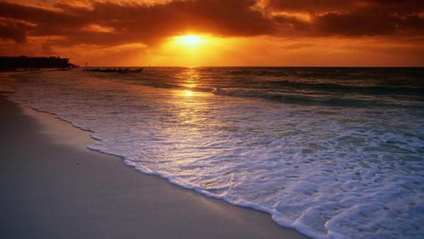 Warga diingatkan waspada rayakan malam tahun baru nanti di pantai. Foto: Ilustrasi