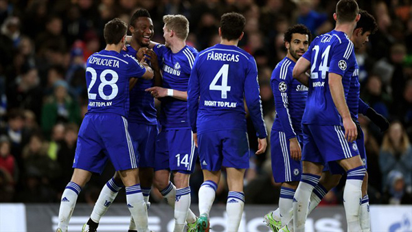 ohn Obi Mikel (dua kiri) disambut rekan setim usai menutup gol Chelsea dalam laga melawan Sporting, Kamis (11/12)