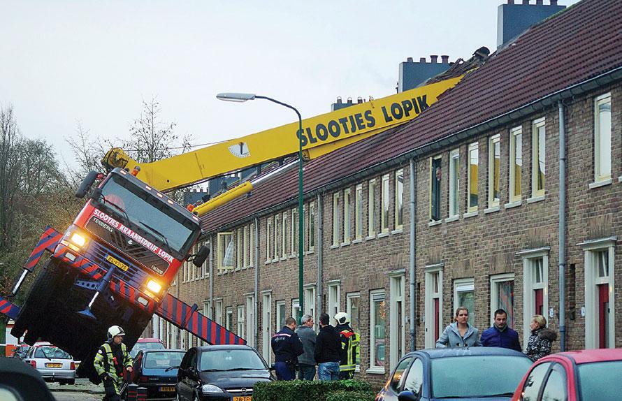 KARENA CINTA: Crane yang menghunjam rumah dan apartemen di Ijsselstein, Belanda, dalam proses lamaran. (AS MEDIA/AP)