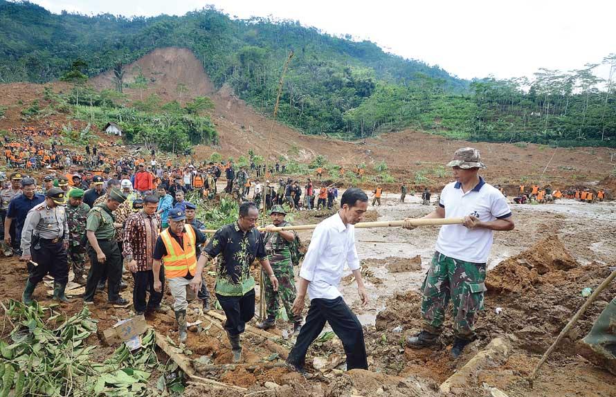 Presiden Jokowi meninjau lokasi longsor di Banjarnegara