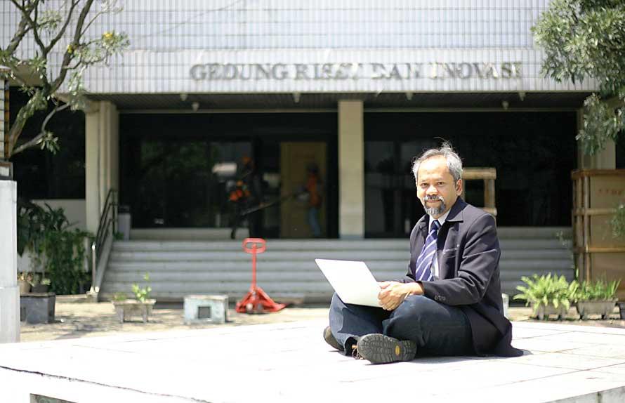 SEDERHANA: Budi Rahardjo di depan kantornya, Gedung Riset dan Inovasi ITB. (Mochamad Salsabyl/JP)