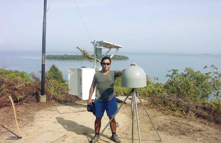 KONSISTEN: Danny Hilman di lokasi penelitian kegempaan di wilayah Sumatera. Hasil penelitiannya meramalkan potensi gempa besar di Selat Sunda. (Danny Hilman for JPNN)