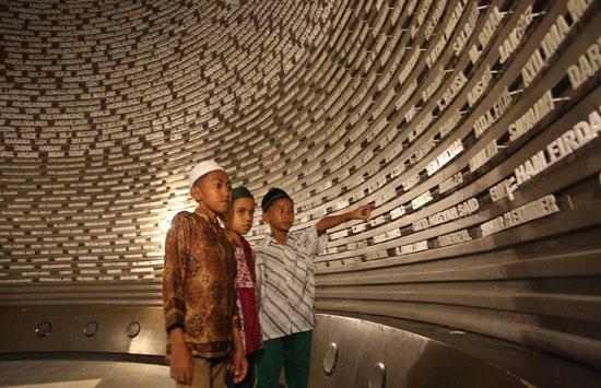 10714_9008_oke-Museum-Tsunami-Aceh-Boy