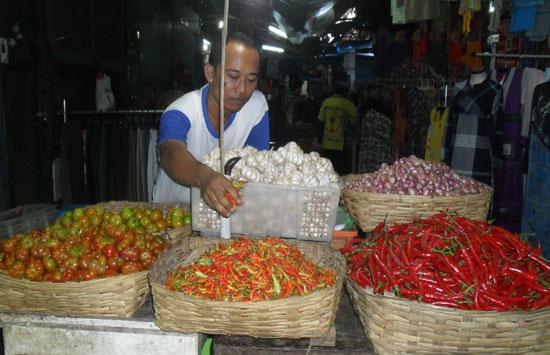 Pedagang bumbu sedang berjualan di pasar