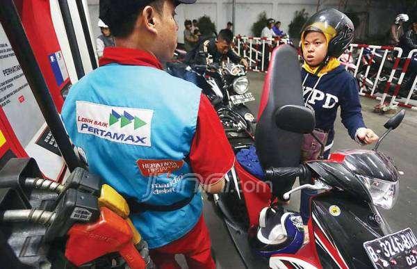 Warga mengisi sepeda motornya dengan pertamax. Foto: Fedrik/dok.JPNN