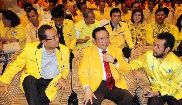 Agung Laksono diapit Priyo Budi Santoso dan Yorris Raweyai di Munas Ancol