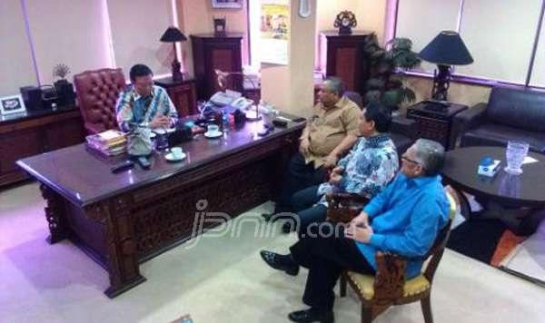 Agung Laksono menggelar rapat bersama sejumlah petinggi Golkar versi Munas Ancol. Foto: Mohammad Adil/JPNN.com/pojoksatu.id