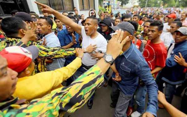 Kericuhan di Kantor DPP Golkar, Jakarta, jelang Munas beberapa waktu lalu. Foto: Indopos/dok.JPNN