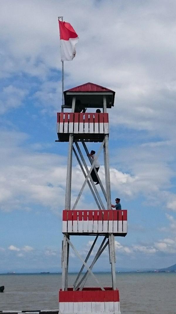 Presiden Jokowi, saat memanjat pos menara di Perbatasan Sei Pancang, Pulau Sebatik, Kalimantan Utara. Foto: setkab