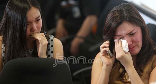 Keluarga korban di hari pertama AirAsia QZ 8501 hilang kontak, Minggu (28/12). Foto: Jawa Pos/dok.JPNN