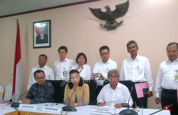 Menteri BUMN Rini Soemarno bersama Menteri ESDM Sudirman Said dan tujuh direksi Pertamina (kemeja putih) di Kementerian BUMN, Jakarta, Senin (8/12). Foto: Yessy Artada/JPNN.com
