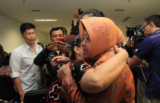 Walikota Surabaya Tri Rismaharini larut dalam kesedihan. Foto: dok.JP/jpnn