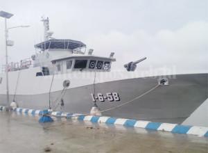 BERSANDAR : Kapal Kal-Kumai asal Banjarmasin Kalsel yang rencananya berangkat ke Pangkalan Bun untuk membantu pencarian korban AirAsia terpaksa parkir di pelabuhan Danau Mare Ku. Foto: BADARUDIN/KALTENG POS/JPNN