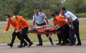 Jenazah korban AirAsia QZ8501 yang telah dievakuasi. FOTO: YANUAR/AFP
