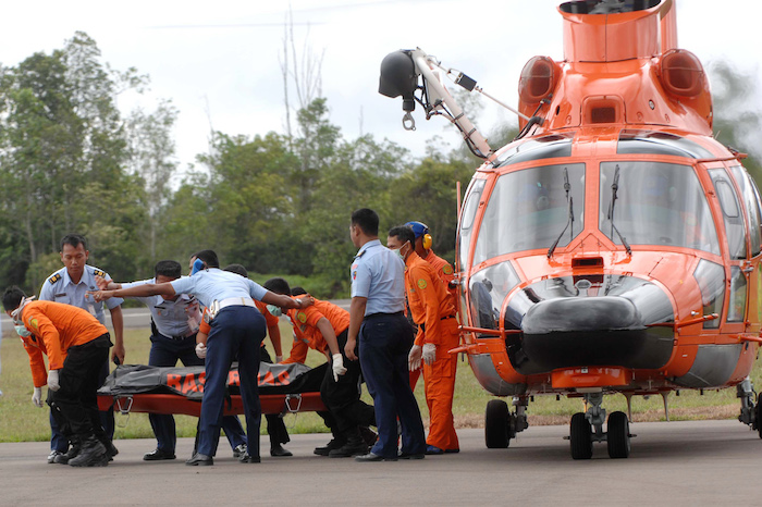 Proses evakuasi korban AirAsia QZ8501 di Pangkalan Bun, Rabu (31/12). FOTO: YANUAR/AFP