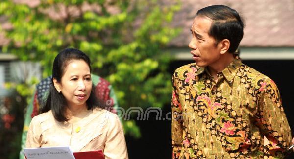 Jokowi berbincang dengan Rini