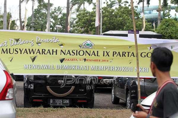 """Spanduk Golkar menghiasi area acara Munas IX Partai Golkar """"Tandingan"""", di Ancol, Jakarta, Sabtu (6/12). Foto : Ricardo/JPNN.com"""