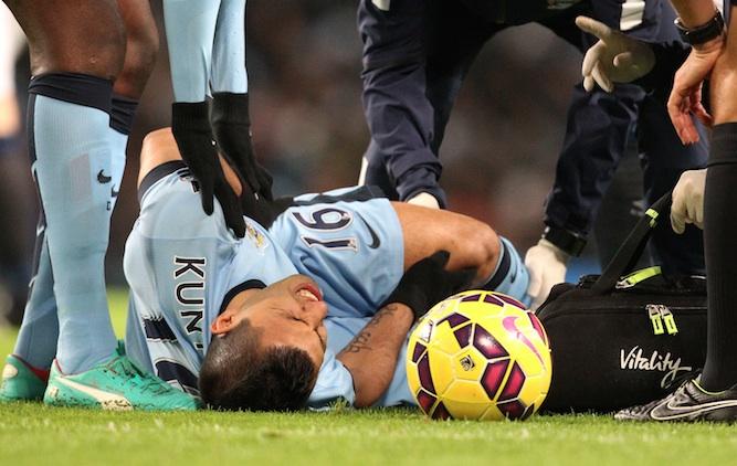 Pemain Manchester City Sergio Aguero mengalami cedera serius saat membela timnya melawan Everton. FOTO: AFP