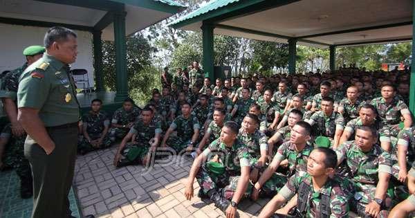 Kepala Staf TNI Angkatan Darat (KSAD) Jendral TNI Gatot Nurmantyo saat memberikan pengarahan kepada bawahannya