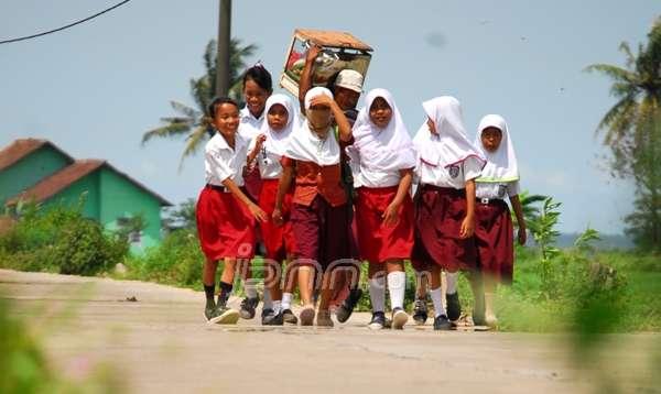 Siswa Sekolah Dasar (SD) jalan kaki ke sekolah