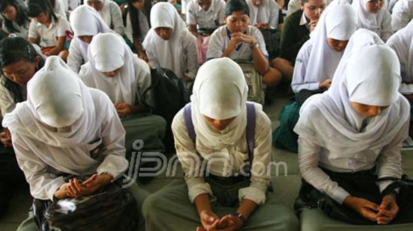 Siswa sedang berdoa. Foto JPNN/pojoksatu.id