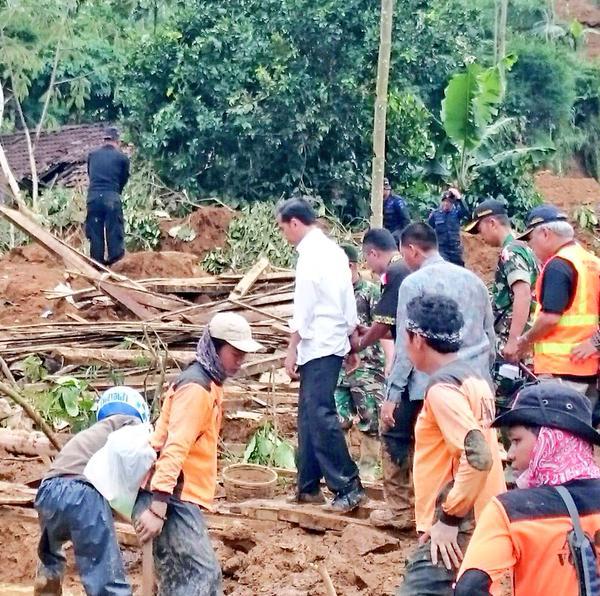 Presiden Joko Widodo di lokasi longsor Banjarnegara, Minggu (14/12).