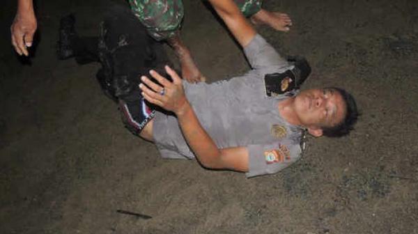 Oknum Polisi yang diduga Mabuk,saat di amankan Aparat TNI di depan Kodim 1418 Mamuju, Selasa (16/12) malam.