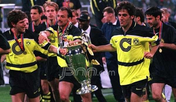 Para pemain Borussia Dortmund melakukan selebrasi usai mengalahkan Juventus di final Liga Champions 1997 silam. Foto: Uefa