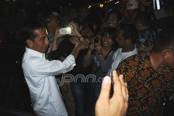 Presiden Joko Widodo turun dari mobil RI 1 untuk menyalami masyarakat Tarakan yang telah menanti kedatangannya, Senin (15/12) petang Wita. Foto: Guntur/Radar Tarakan/JPNN