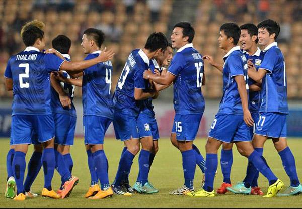 Para pemain Thailand terlihat gembira karena berhasil menahan imbang  Filipina meski dengan bermain 10 pemain
