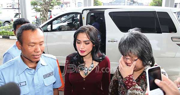 Jessica Iskandar (tengah)