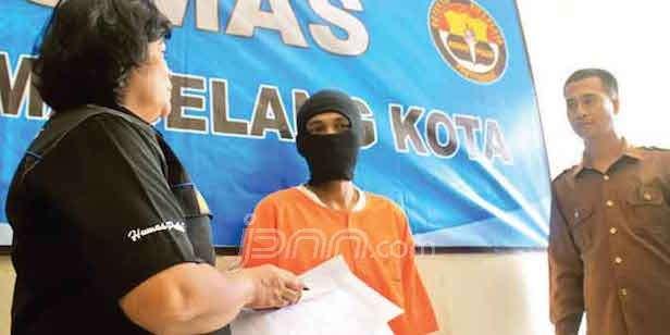 DIBEKUK: Robi Hariyanto (tengah) berhasil diamankan Polres Magelang Kota. Ia dikenal sebagai pencuri spesialis pikap. Foto: Frietqi Suryawan/RADAR JOGJA/JPNN