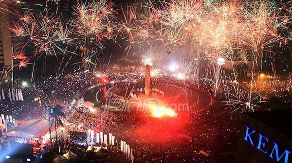 Malam Tahun Baru 2015, Makin Malam Bundaran HI Kian Padat. Foto JPNN.com