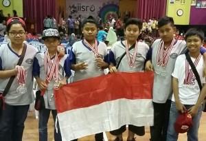 Siswa madrasah asal Pamulang mengangkat bendera merah putih usai mengukir prestasi tingkat dunia