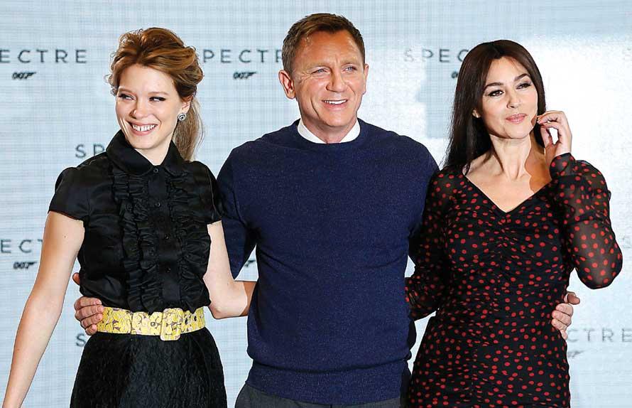 : Lea Seydoux (kiri), Daniel Craig (tengah), dan Monica Belluci (kanan). Mereka siap beraksi di Spectre. (Reuters)