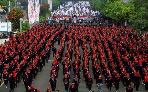 Buruh Jawa Barat saat aksi demo menuntut kenaikan UMR, beberapa waktu lalu.
