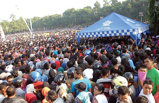BERJUBEL: Pemohon SIM berdesak-desakan di Alun-Alun Jombang