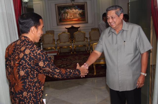 Presiden Jokowi bersalaman dengan SBY