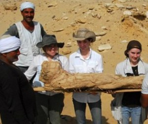 Arkeolog memperlihatkan mumi
