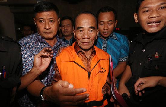 Gubernur Riau Annas Maamun dikawal sejumlah petugas usai diperiksa di gedung Komisi Pemberantasan Korupsi (KPK)