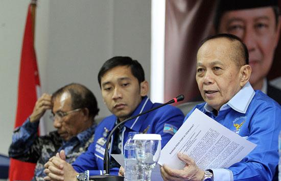 Syarief Hasan (kanan), Edhie Baskoro Yudhoyono, dan Max Sopacua di kantor DPP Partai Demokrat, Jakarta, Senin (29/9). (Ricardo/JPNN)