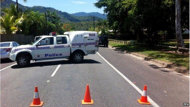 Polisi menutup jalan menuju Cairns yamg terletak di bagian utara Queensland, Australia. Ada 8 anak tewas ditikam di tempat kejadian perkara ini. (BBC Australia)