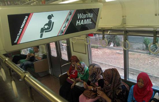 Pelayanan wanita hamil di KRL: Foto: Haritsah Almudatsir/Jawa Pos